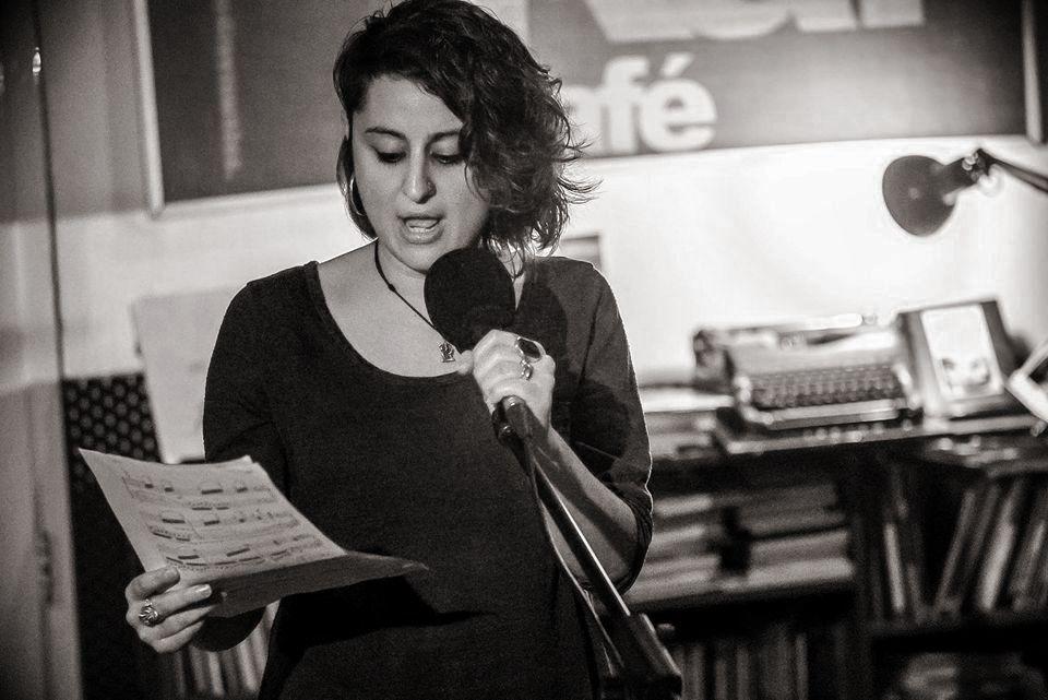 Iris Almenara: «Concibo la poesía como un desahogo pero también como una lucha»