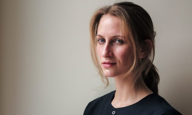 Zoë Hitzig: «La gente acude a la poesía cuando las cosas se ponen difíciles o cuando la realidad se tuerce»